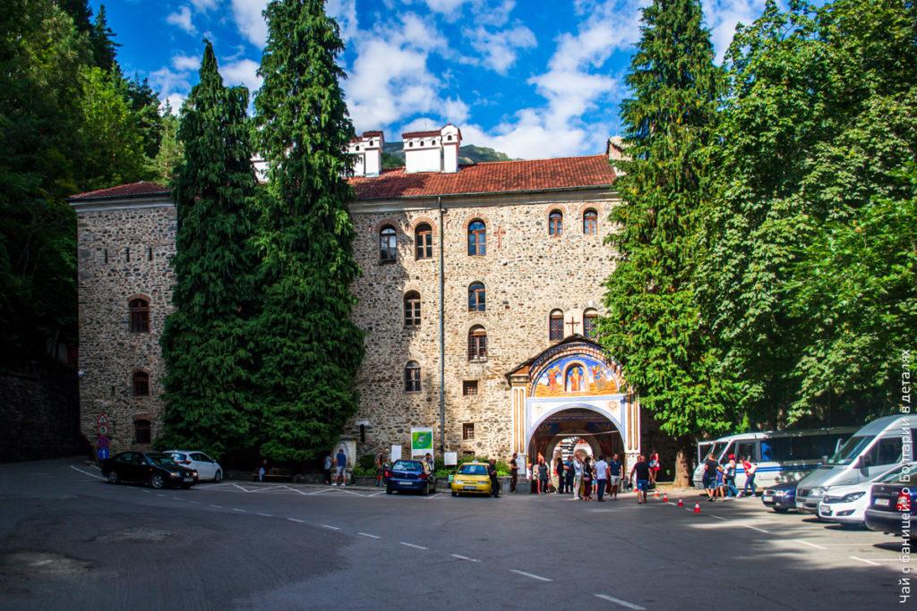 Парковка (платная) и вход в монастырь